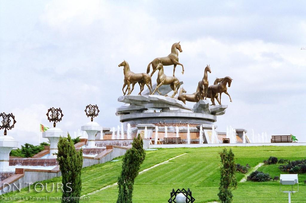 Статуя 10 коней, Ашхабад Туркменистан