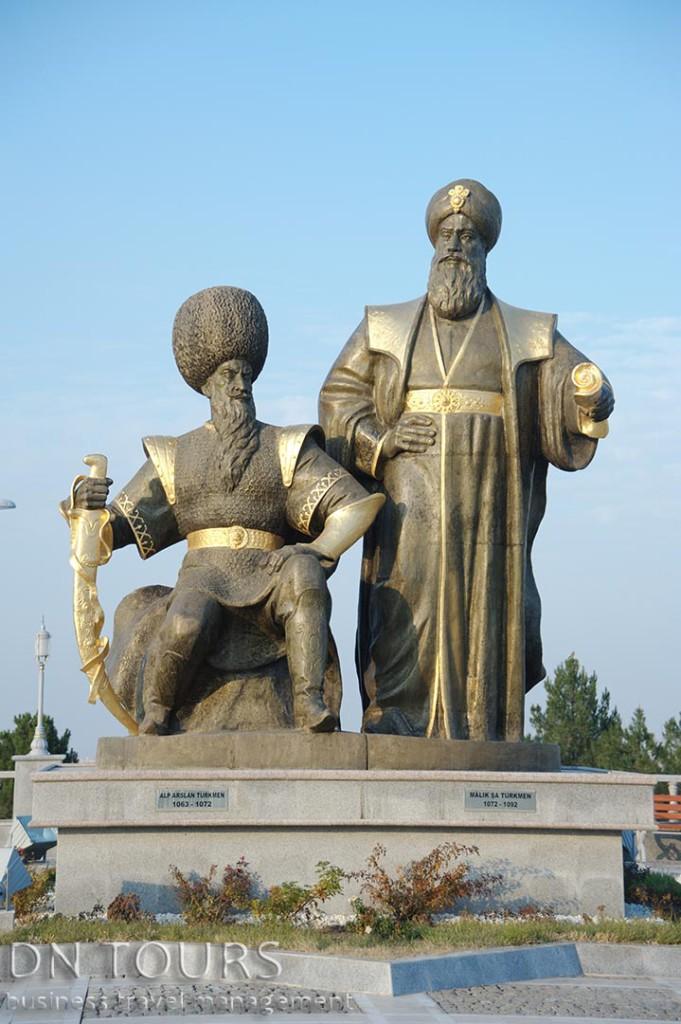 Статуя, Ашхабад, Туркменистан (1)