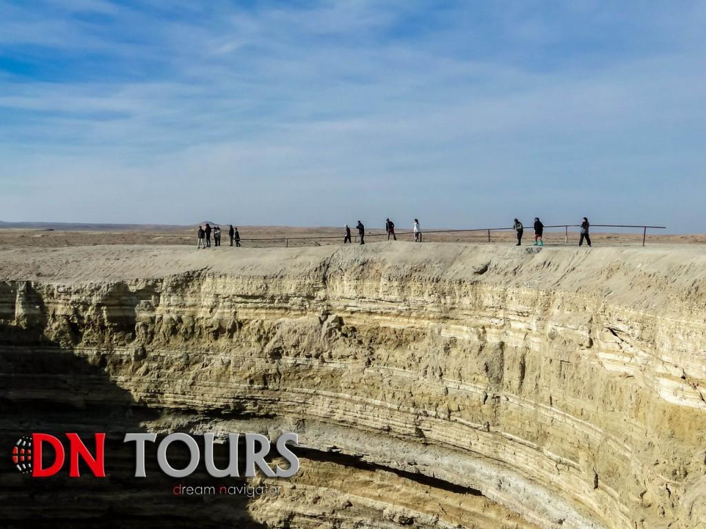 Газовый кратер Дарваза, Туркменистан туристы у края пропасти