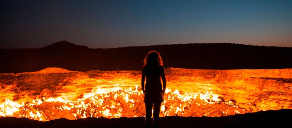 Дарваза, девушка у кратера. Туризм в Туркменистане