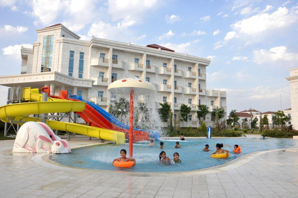 Дети у бассейна в Авазе