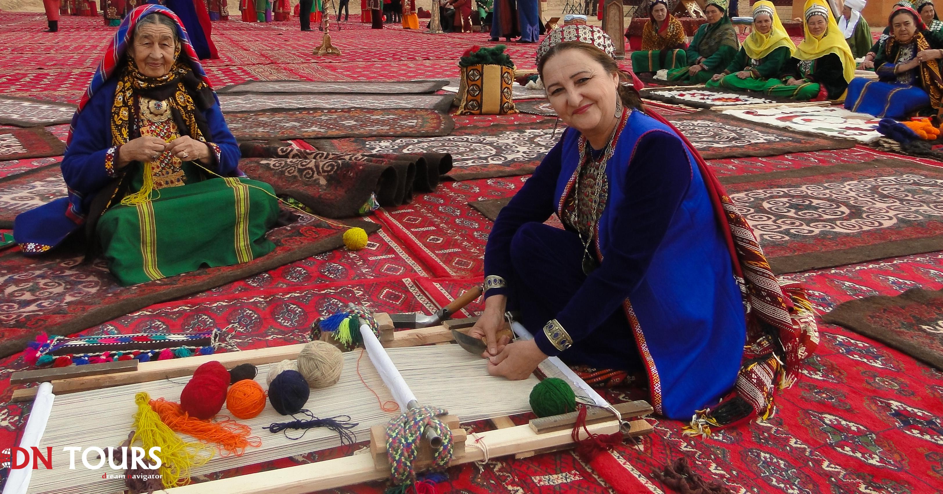 Женщины ткут ковры