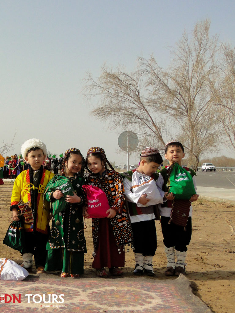 Дети на празднике весны в Ашхабаде