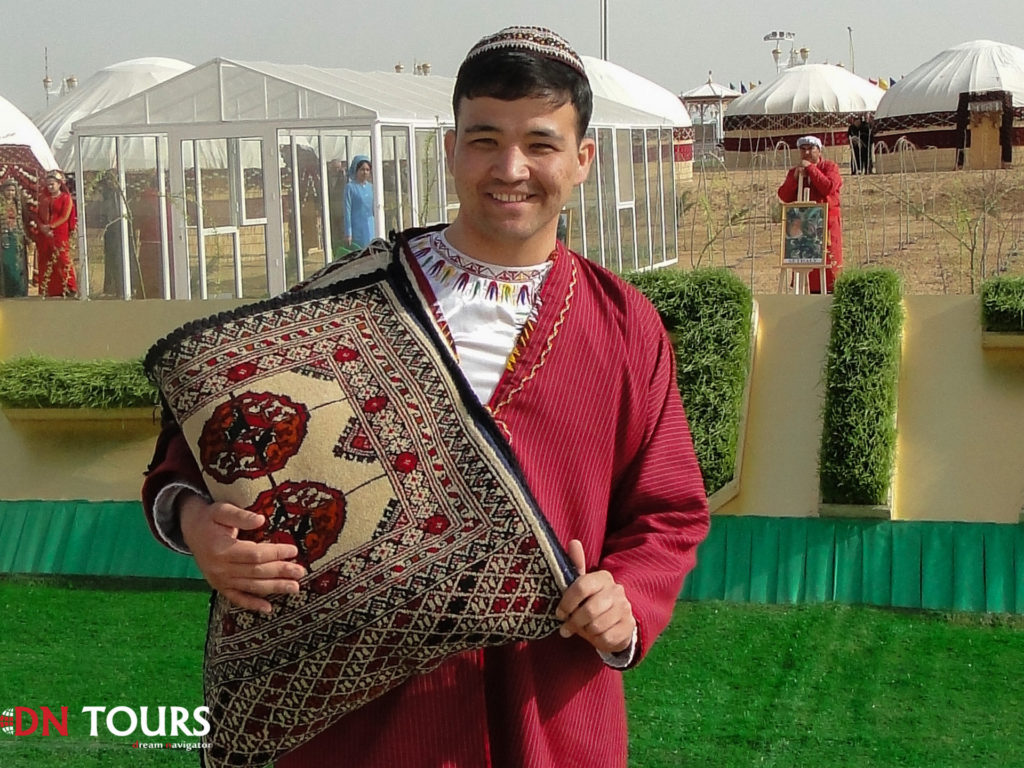 участник конкурса на празднике Новруз