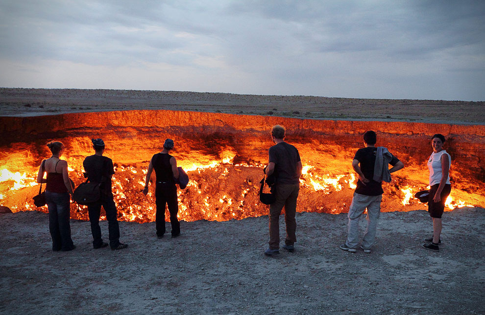 Люди возле газового кратера Дарваза